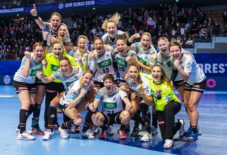 Wir sind ein Team: Die DHB-Frauen jubeln (Bild: Picture Alliance)