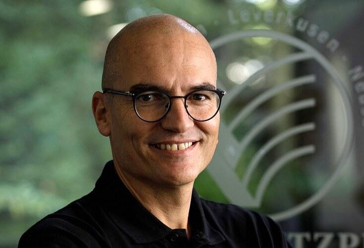 Bild zur News Leichtathletik: OSP-Biomechaniker Dr. Falk Schade erklärt seine Arbeit am Stabhochsprung-Messplatz in Leverkusen