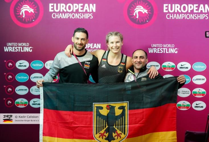 Aline Rotter-Focken freut sich mit ihren Coaches über die Bronzemedaille bei der EM 2019 (Quelle: Deutscher Ringerbund)