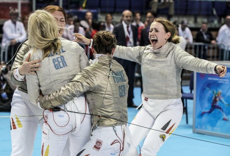 Unsere OSP-Säbelfechterinnen jubeln über Silber bei der Junioren-WM