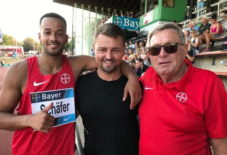 Léon Schäfer mit Heinrich Popow und Trainer Karl-Heinz Düe (Bild: TSV Bayer 04 Leverkusen)