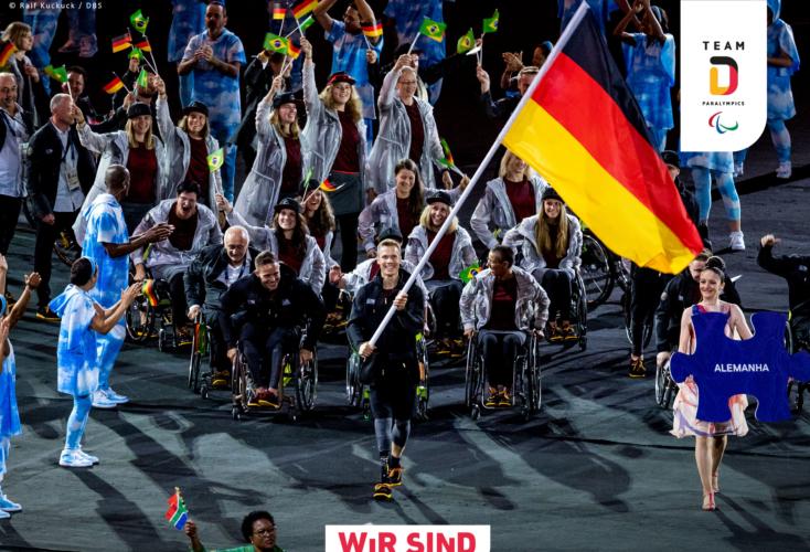 Das Team Deutschland Paralympics mit OSP-Weitspringer Markus Rehm im Vordergrund (Bild: DBS)
