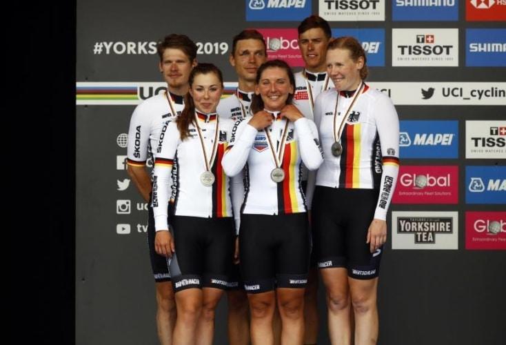 Freude über Team-Silber: v.l.n.r. Jasha Suetterlin, Lisa Klein, Tony Martin, Lisa Brennauer, Nils Politt, Mieke Kröger (Bild: picture alliance)