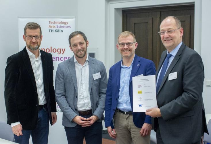 von links: Jörg J. Schmitz (Geschäftsführer des Kölner Studierendenwerks), Daniel Müller (Leiter des OSP NRW/Rheinland), Dr. Christoph Fischer (Generalsekretär des adh), Prof. Dr. Stefan Herzig (Präsident der TH Köln) (Bild: Thilo Schmülgen/TH Köln)