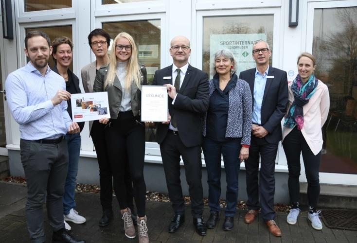 Bild zur News Eliteschülerin des Jahres 2019: Leichtathletin Sylvia Schulz wird von OSP-Leiter Daniel Müller geehrt