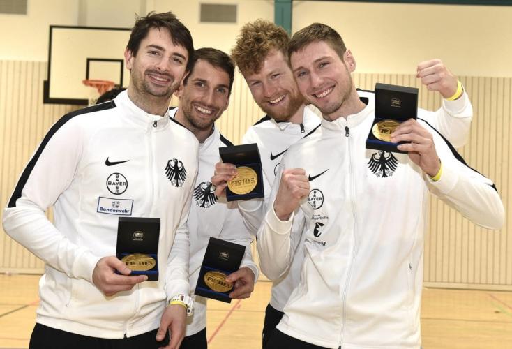 Große Freude bei Matyas Szabo, Björn Hübner-Fehrer, Richard Hübers und Max Hartung (von links) über die Olympia-Qualifikation (Bild: @ Deutscher Fechter-Bund)
