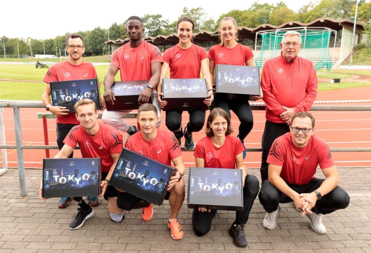 Bild zur News Übergabe des OSP-Überraschungs-Pakets bei unsere Para-Athleten*innen in Leverkusen