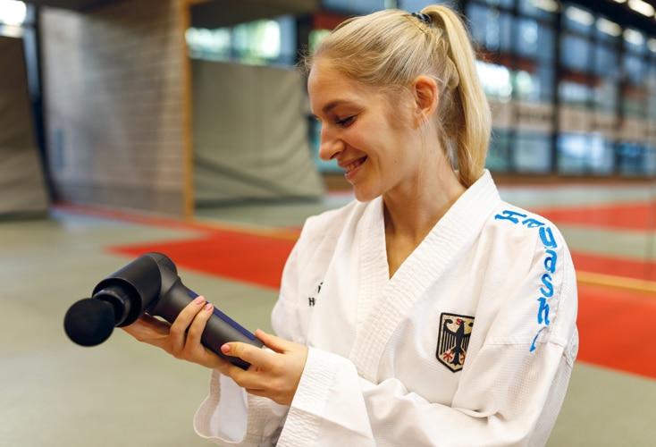Unsere Top-Karateka und Olympia-Hoffnung Jana Messerschmidt testete die Massagepistole OrthoGun 2.0 (Bild: Peter Eilers / OSP)