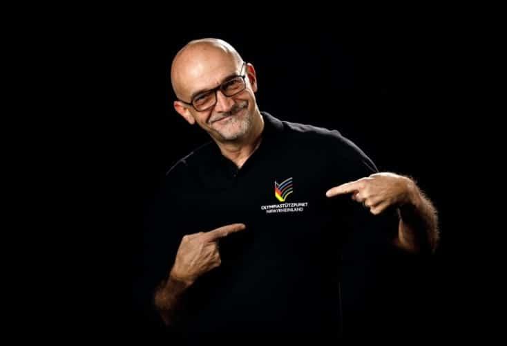 Dr. Oliver Heine freut sich über das neue Outfit für die OSP-Mitarbeiter*innen
