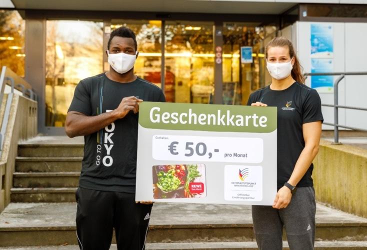 Judoka Anna-Maria Wagner und Boxer Nelvie Tiafack freuen sich über die Unterstützung durch REWE West (Bild: Peter Eilers/OSP)