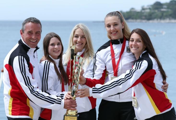 Große Freude über Team-Gold (von links): Bundestrainer Thomas Nitschmann, Shara Hubrich, Jana Messerschmidt, Johanna Kneer und Anna Miggou.