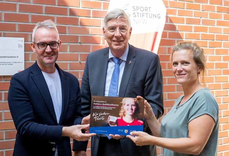 FC-Geschäftsführer Alexander Wehrle, Dr, Ingo Wolf und Teresa Rohner vom FC-Sportinternat freuen sich über die Auszeichnung (Bild: FC-Sportinternat)