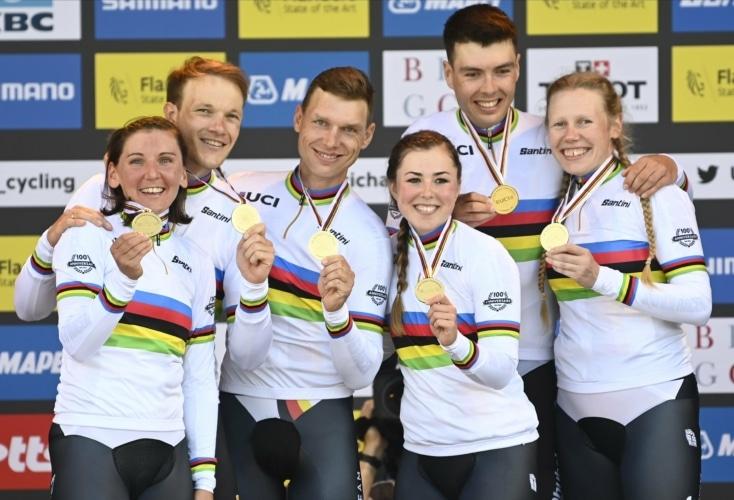 WM-Gold für das deutsche Mixed Team: v.l.n.r. Lisa Brennauer, Nikias Arndt, Tony Martin, Lisa Klein, Max Walscheid und Mieke Kröger (Bild: Picture Alliance)